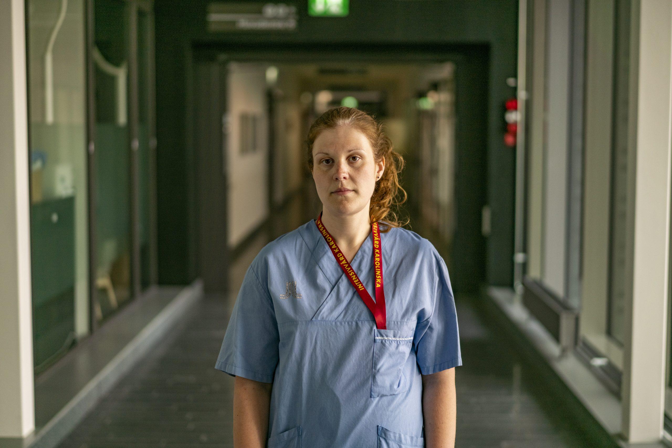 Bild på undersköterska i mörk korridor